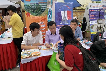 """Trường Đại học Công nghệ GTVT tham gia """"Đồng hành cùng mùa thi 2021"""" tại trường THPT Đào Duy Từ"""